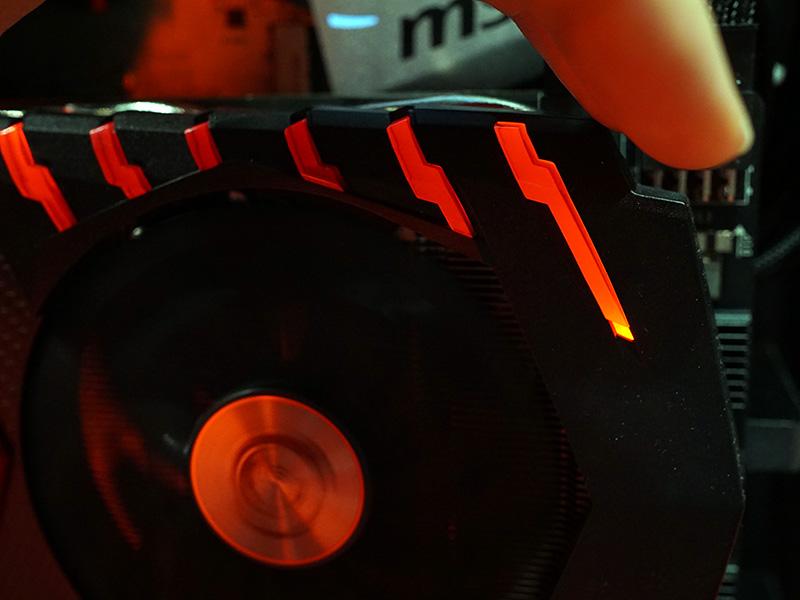 Twin Frozr VIのカバーの一部は発行機能付き。