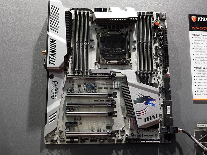 X99A XPOWER GAMING TITANIUMの基板は白のようにも見えるが、銀色になっている。