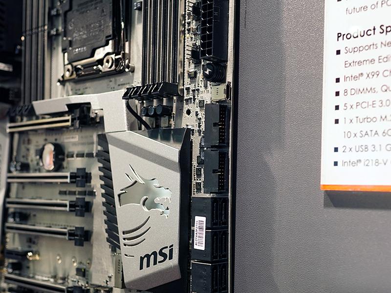 U.2に加え、SATAポートの上部にはUSB Type-Cコネクタも搭載されている。