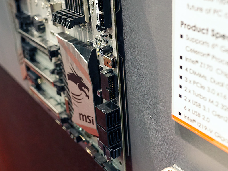 SATAポートの上部にUSB Type-Cコネクタを備える。