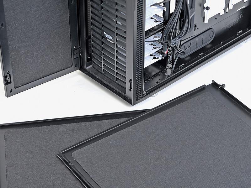 側面、天板、前面扉のそれぞれに防音材が貼られ、徹底して音漏れを防ぐ作り。前面の上部には3段階で調整可能なファンコントローラを搭載している