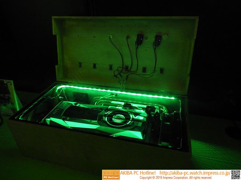 Pascal計算機の箱を空けたところ。グリーンのLED照明が美しい