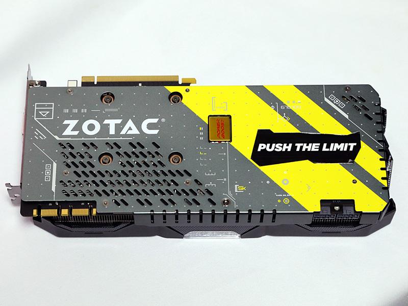 基板裏面はバックプレートに覆われている。金属製のバックプレートは、基板裏面の保護に加え、自重による基板のたわみを防ぐ役割を担っている。