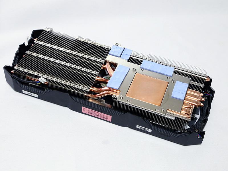 6本のヒートパイプを備えた大型のヒートシンク。2.5スロット仕様を活かした大型放熱フィンの採用が、Triple Fan IceStormの高い冷却能力を実現する。