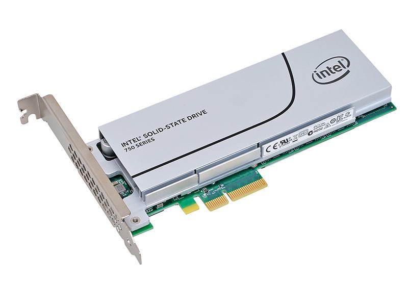 コンシューマ向けとして初めてNVMeに対応したHHHL SSD。400GBモデルの4KランダムのIOPSはリード430,000、ライト23,000とAHCIモデルを圧倒する