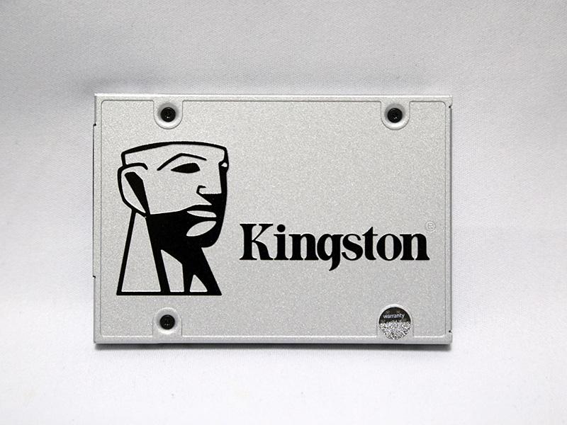 SSD本体表面。金属製で、Kingstonロゴはエンボス加工されており、黒色のロゴ部分は若干凸面になっている。