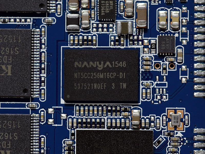 キャッシュ用のDDR3LメモリNanya NT5CC256M16CP-DI。DDR3L-1600動作対応の256MBメモリ。