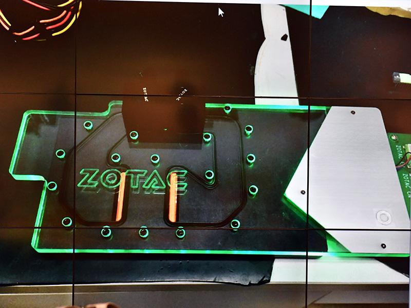 製品版の水冷ヘッドは、エッジ部分はZOTACのロゴマークなどが光って見えるタイプのものになっている。