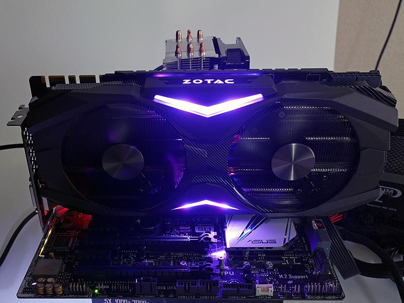 GeForce GTX 1080 AMP EditionのSPECTRAは少し控え目。ZOTACロゴの存在感が印象的だ。
