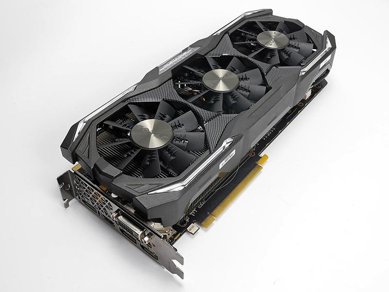 GeForce GTX 1080搭載カードとしては最高峰クラスのモデル「GeForce GTX 1080 AMP Extreme」。堅牢なファンアーマー「Carbon ExoArmor」と独自ブレードの「EKOファン」を3連で搭載する。