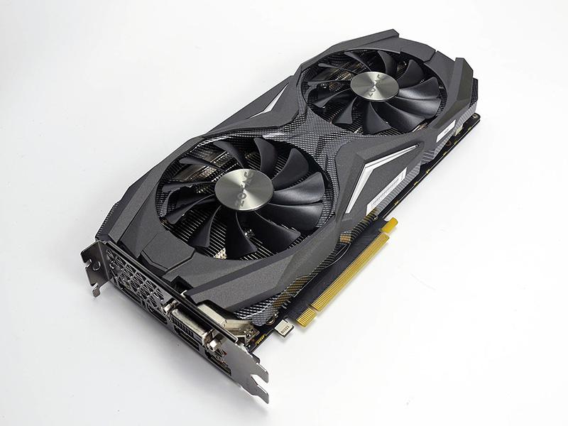 GeForce GTX 1080 AMP Edition。AMP Extremeと同じく堅牢なファンアーマー「Carbon ExoArmor」を採用するが、こちらは10mm径の2連ファンを装備する。