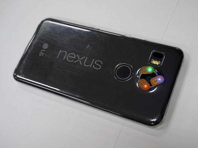 Nexus 5XのNFCチップはレンズ周りに搭載されている事が確認できる。