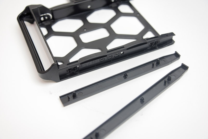 プラスチックパーツをはめ込むだけでHDDをトレイに固定できる、ネジを一切使わない仕組みがうれしい