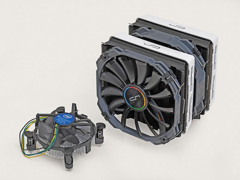 <b>OC向けの超大型モデルも</b><br>冷却性能を追求したOC向けモデルには超大型のものもある。写真はCRYORIG R1 UNIVERSALとCore i5-6400付属のCPUクーラーを比較したもの