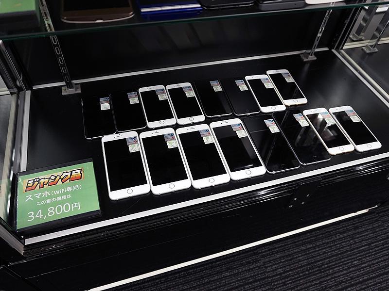 ショーケース内にはiPhone 6などの比較的新しい端末が並ぶ。
