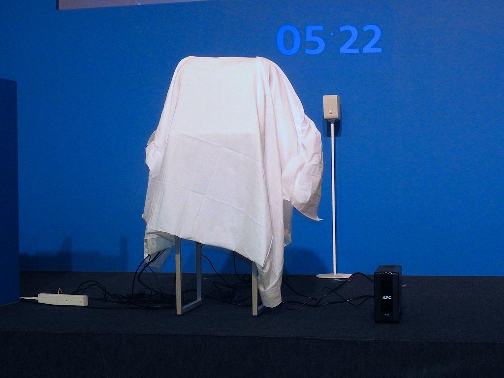ステージには布で隠された謎の物体が