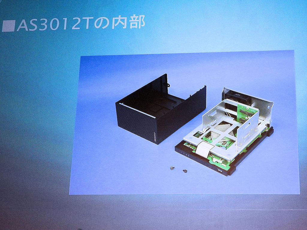 AS3102Tの内部。2ベイタイプのNASである