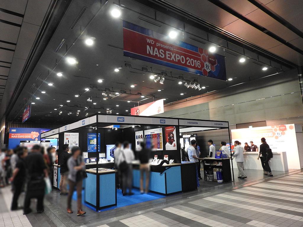 「NAS EXPO 2016 秋」の様子。午前中は天気がイマイチだったが、午後には多くの来場者が詰めかけた