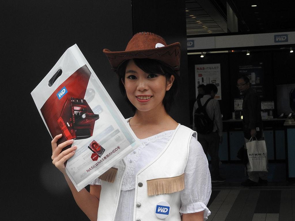 ウエスタンデジタルジャパンのHDDをアピールするカウガール達