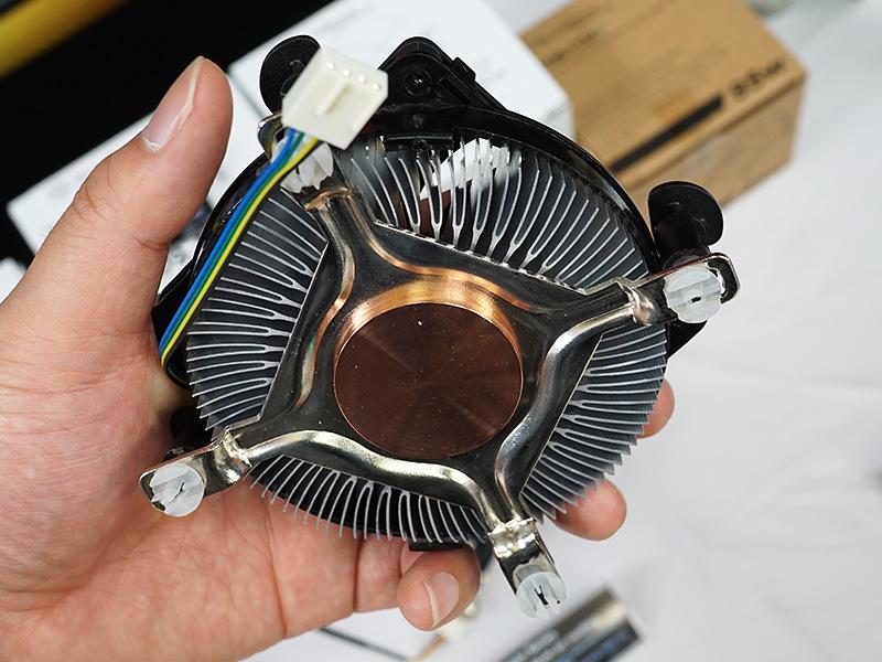 ベース部分には銅が使われており、薄型としては冷却能力も高いという