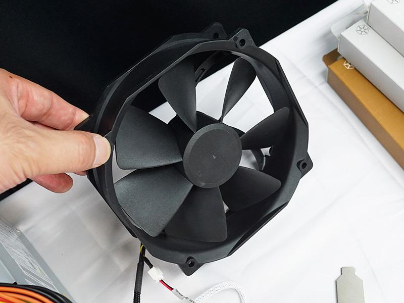 回転方向を切り替えて使用できる14cmファン「FHP141-VF」