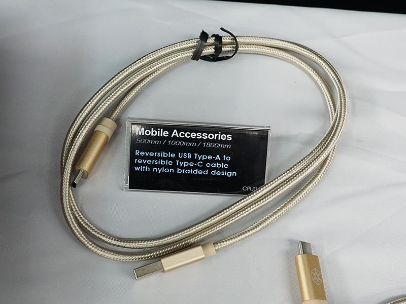 USB Type-C対応のケーブルも多数展示されていた