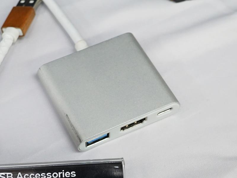 USB Type-C - HDMI 2.0a変換アダプタ、USB Type-Aコネクタなども備えている