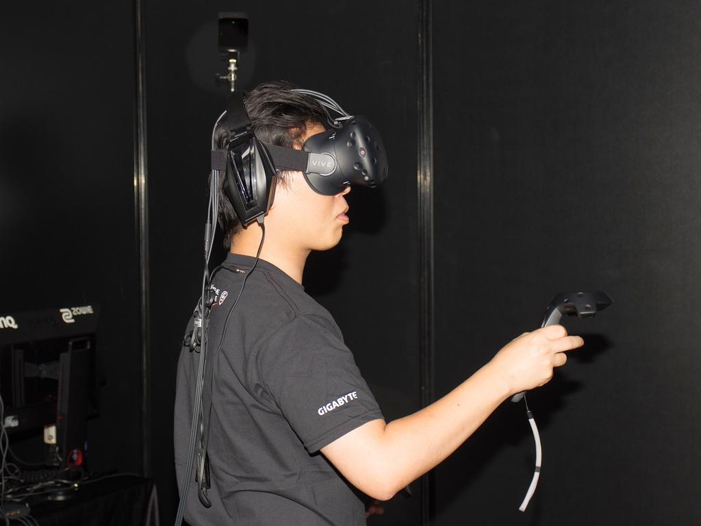 VRゴーグル、コントローラ、ヘッドフォンを用意しており本格的なVRが無料で体験できた