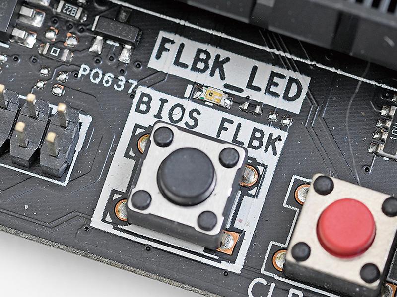 UEFIファイルを保存したUSBメモリを指定のUSBスロットに挿し、基板上のUSB BIOS Flashbackボタンを押せば、UEFIが破損していても強制的にUEFIをアップデートできる