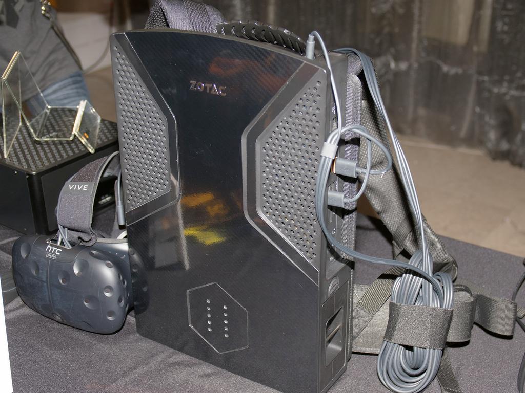 HTC Viveと並べたところ。背面には排気口や電源インジケータがある