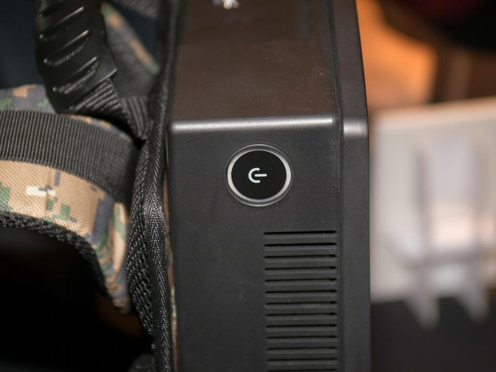 電源ボタンは左側面上部