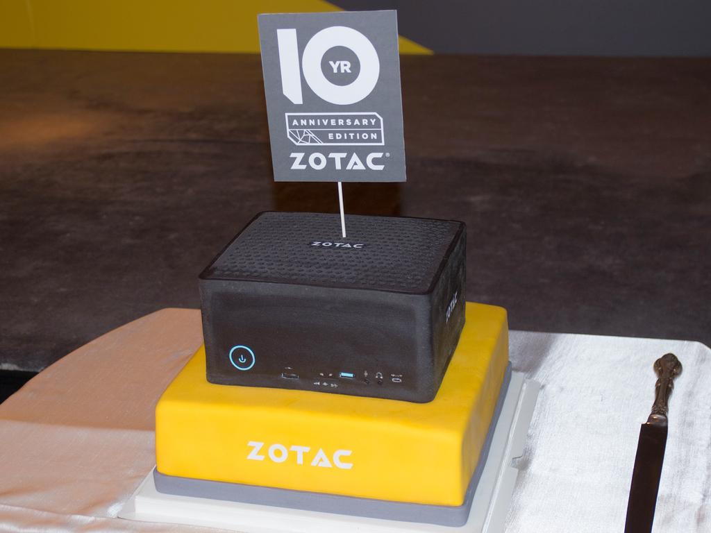力の入れ具合の反映なのか「10周年記念ケーキ」としてEN1080を模したケーキが用意されていた。ベース部分も食べられる