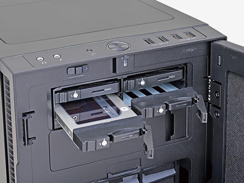 4台の2.5インチSSD/HDDを、前面から簡単に着脱できるようになるのが便利