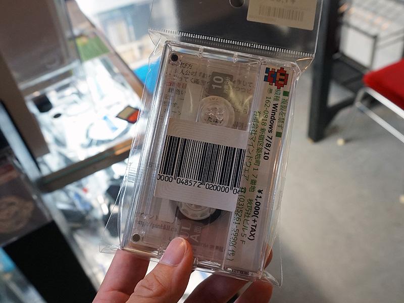 ダウンロードキーとカセットテープ(データは入っていない)が付属。