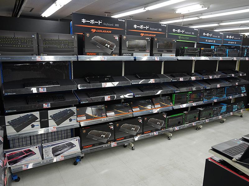 ゲーミングキーボードが多数並ぶ。