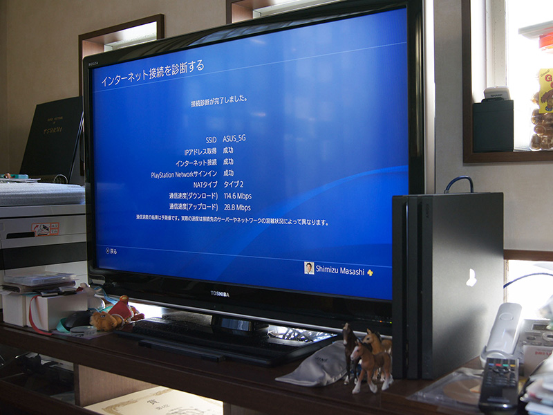 テレビの横に設置した場合とラックの中に収納した場合を比較したが、インターネット上のテストの場合、結果はほとんど変わらない