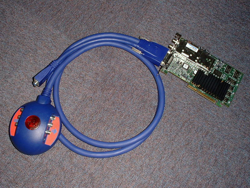 "Voodoo3の最上位モデル「Voodoo3 3500 TV」。英語版が入荷しましたが、日本語Windowsではソフトが起動せず、目玉のTVチューナーやMPEGキャプチャは利用できませんでした。その後、<a href=""http://akiba-pc.watch.impress.co.jp/hotline/991009/etc_v35tvj.html"" class=""deliver_inner_content i"">日本語版が10月に登場</a>します。"