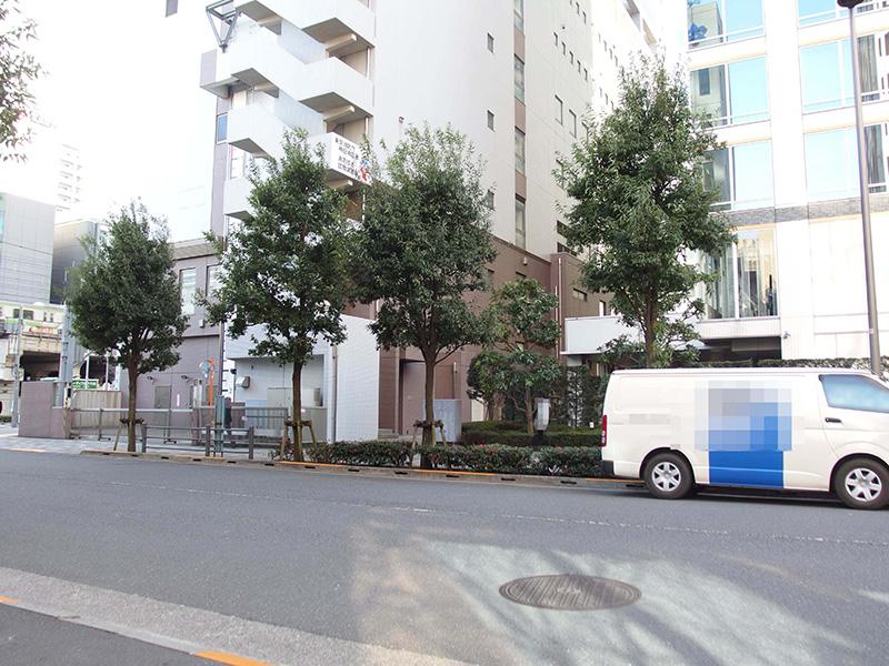 1枚目の写真と同じ向きで撮影したはずですが、神田消防署と高層マンションが建っているため駅までは見通せません(2017年2月)