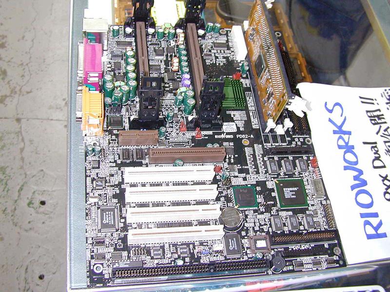 「WORLD PC EXPO 99」閉幕後、PCパーツショップ「フェイス」で展示されていたRDRAM対応マザーボードのサンプル品。メーカーはRIOWORKSで、未発表のIntel製チップセットを搭載していました。RDRAM用のRIMMスロットでSDRAMを使用するための変換カードが付属しています。