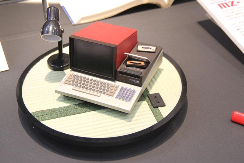 """先日のインタビューでは""""データレコーダ部分は開かない""""とあったが、その後に開くことが判明。ミニチュアのカセットテープを用意すれば、それっぽいソフトを読み込んでいる雰囲気の再現も可能だ。"""