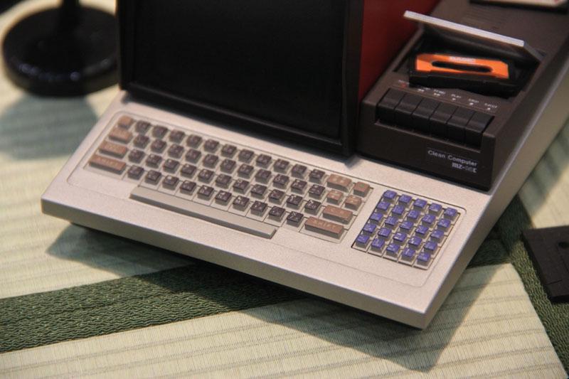 キーボード部分のアップ。ここまで寄ると、MZ-80C実機との差違がほとんど無いのがわかる。拡大すると、機種名と「Clean Computer」の文字も。企業ロゴに関しては、諸事情により入っていない。