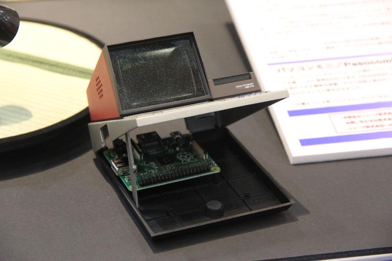 内部へのアクセスは、MZ-80C実機と同じく車のボンネットのように手前から開ける。もちろん、左側に立てておく支えも付属。