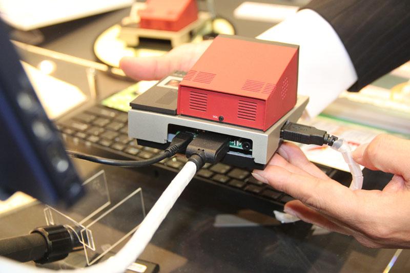 本体背面には、HDMIポートと電源ポートがある。それぞれの端子をここへ接続するのだが、基板がきっちりと収まっているのが見えるだろう。