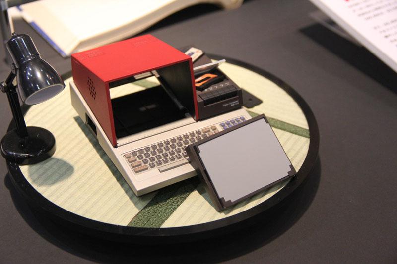 モックのモニタ部分は取り外しができるようになっており、ここに自分だけの絵などをはめ込むことができる。もちろん「PasocomMini」版MZ-80C実機でも可能で、もしかすると小型のモニタも設置できるかもしれない!?