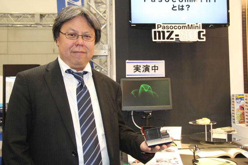 「PasocomMini」発案者である三津原氏(左)が、モックを手に載せてくれた。こうして見ると、改めてその小ささがわかるだろう。