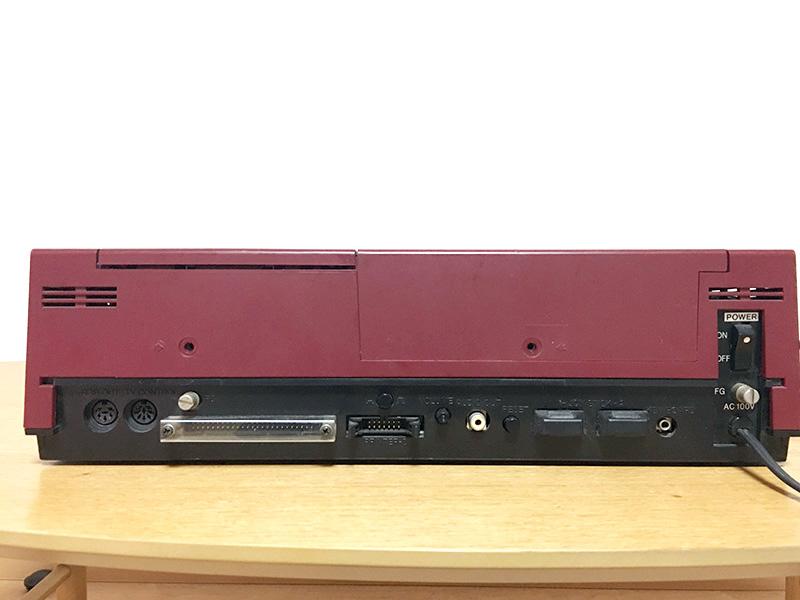 背面は、左からRGBモニタ接続ポート、テレビコントロールポート、拡張I/Oボックス接続端子、プリンタポート、音量調整つまみ、音声出力ポート、リセットボタン、ジョイスティック端子1、2、キーボードコネクタ、主電源と並んでいます。