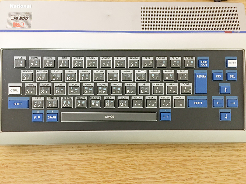 キーボードには、CTRLキーと同時に押すことで入力できる命令文が記されています。タッチタイピングが出来ない時は、重宝しました。