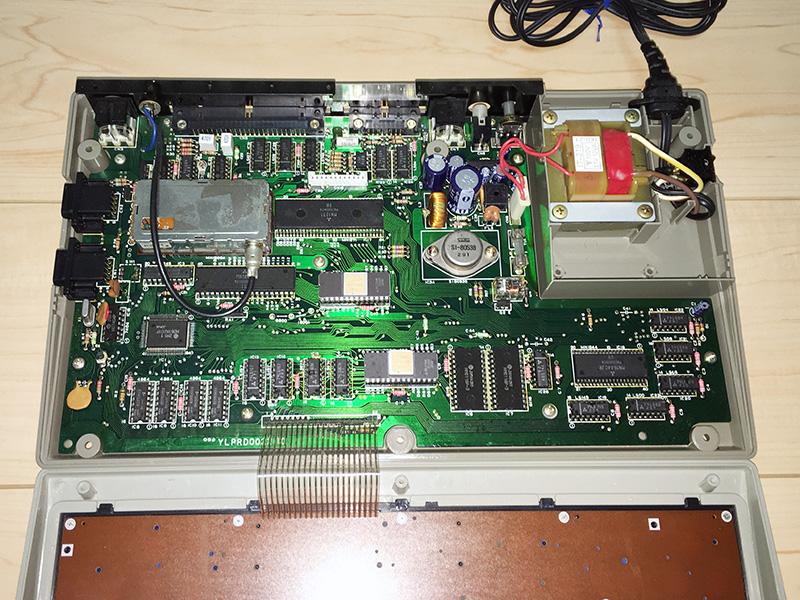 中を開けると、RFコンバータと電源ユニットが目立つのが分かります。