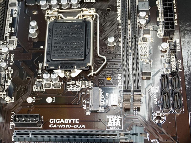 メモリスロット脇にSATAポートを4基、CPUソケット下にM.2を備える