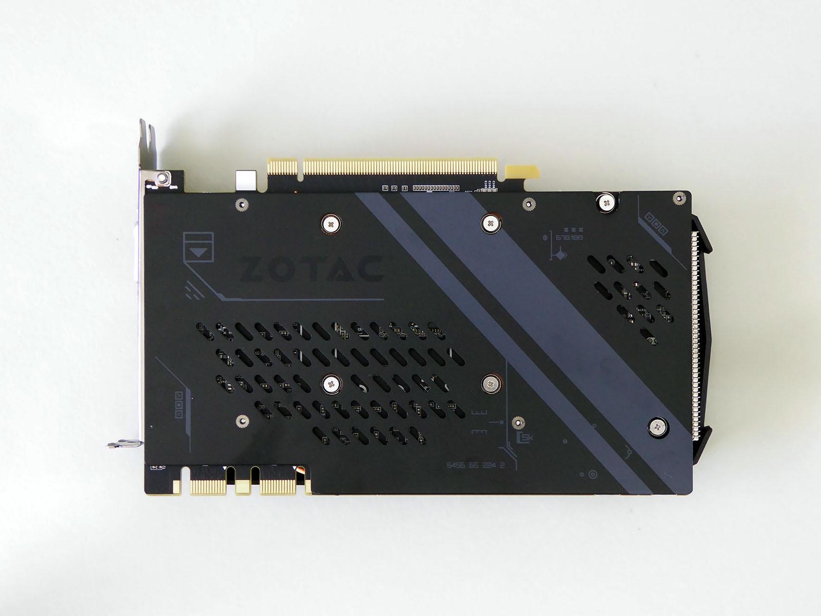 バックプレートを装備したカード裏面。SLI用端子は2基